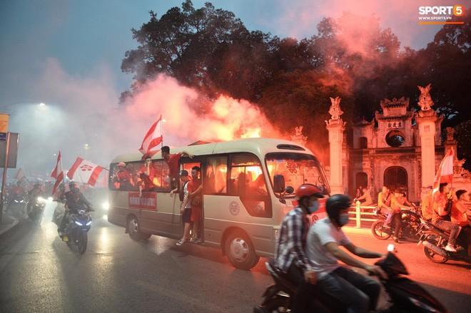 CĐV Hải Phòng đốt pháo sáng ở nhà thờ lớn Hà Nội, tạo ra khung cảnh náo loạn như sự cố ở Paris  - Ảnh 5.