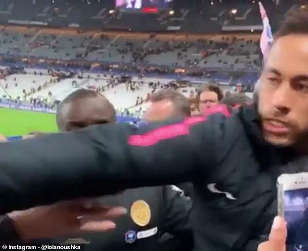 Cầu thủ đắt giá nhất thế giới Neymar nổi đóa, đấm CĐV không trượt phát nào sau khi bại trận tại chung kết cúp Quốc gia Pháp - Ảnh 4.