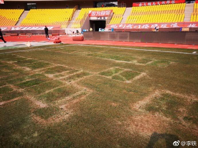 Chứng kiến mặt sân xấu như mặt ruộng, giải bóng đá số 1 Trung Quốc sốc nặng, vội vã hủy trận đấu - Ảnh 1.