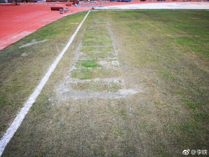 Chứng kiến mặt sân xấu như mặt ruộng, giải bóng đá số 1 Trung Quốc sốc nặng, vội vã hủy trận đấu - Ảnh 2.