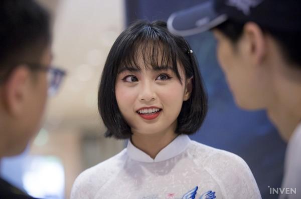 Vận tà áo dài thướt tha, hot MC của làng Liên Minh Huyền Thoại Việt Nam đẹp rạng ngời trong mắt phóng viên nước ngoài - Ảnh 1.