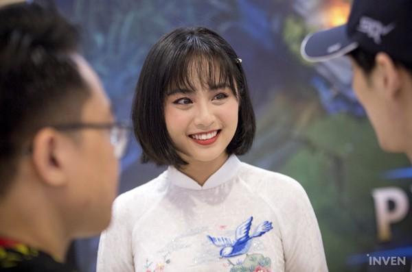 Vận tà áo dài thướt tha, hot MC của làng Liên Minh Huyền Thoại Việt Nam đẹp rạng ngời trong mắt phóng viên nước ngoài - Ảnh 2.