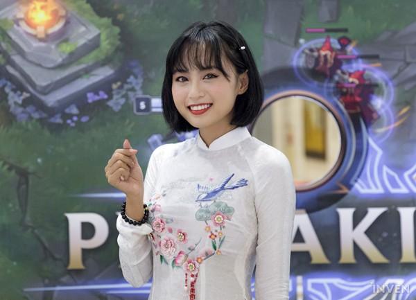 Vận tà áo dài thướt tha, hot MC của làng Liên Minh Huyền Thoại Việt Nam đẹp rạng ngời trong mắt phóng viên nước ngoài - Ảnh 3.