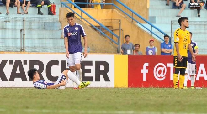 Dùng tiểu xảo với Đình Trọng, tiền vệ Singapore phải nhận thẻ đỏ ngậm ngùi rời sân - Ảnh 1.