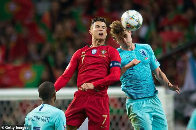 Vừa giành chức vô địch Nations League, Ronaldo hóa thân làm siêu cò, chèo kéo cầu thủ đẹp trai nhất tuyển Hà Lan - Ảnh 1.