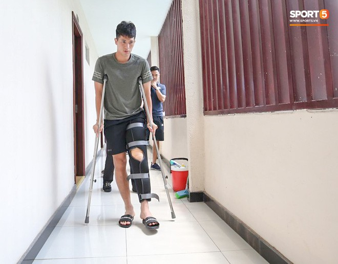 Trung vệ Đình Trọng đang rất buồn vì chấn thương, chưa định ngày phẫu thuật  - Ảnh 1.