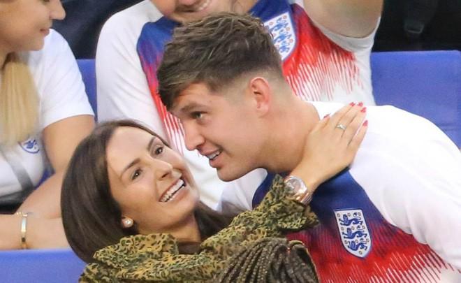 Hình tượng của fan nữ sụp đổ: Anh chàng cầu thủ này đã gạt đi mối tình dài tới 14 năm để rồi xuống dốc vì cặp kè với bóng hồng bốc lửa - Ảnh 3.
