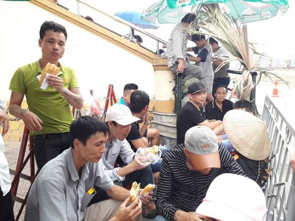 Người hâm mộ Phú Thọ chờ đợi hàng giờ háo hức vì tấm vé xem trận U23 Việt Nam vs U23 Myanmar - Ảnh 1.