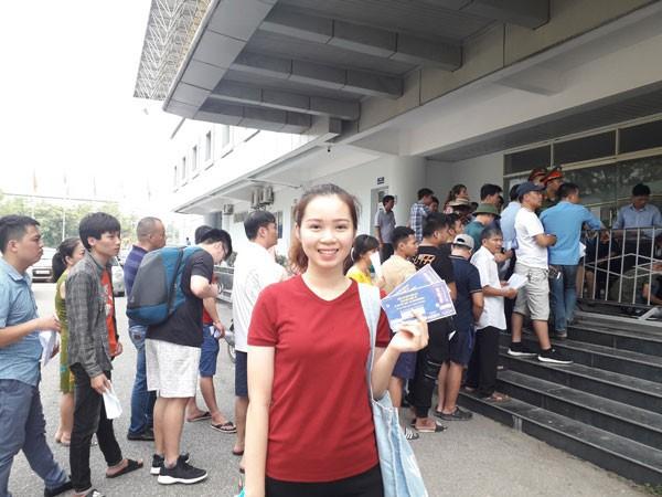 Người hâm mộ Phú Thọ chờ đợi hàng giờ háo hức vì tấm vé xem trận U23 Việt Nam vs U23 Myanmar - Ảnh 3.
