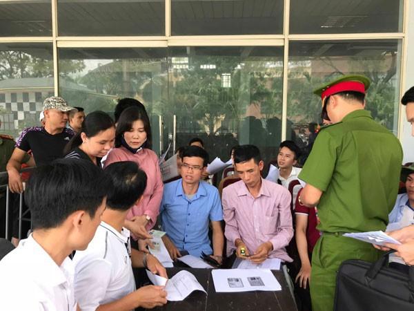 Người hâm mộ Phú Thọ chờ đợi hàng giờ háo hức vì tấm vé xem trận U23 Việt Nam vs U23 Myanmar - Ảnh 4.