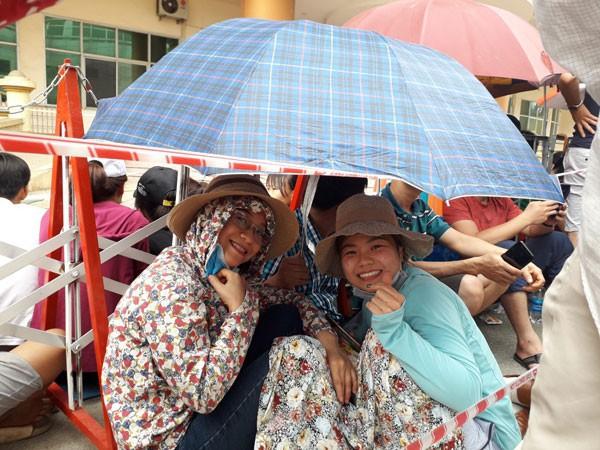 Người hâm mộ Phú Thọ chờ đợi hàng giờ háo hức vì tấm vé xem trận U23 Việt Nam vs U23 Myanmar - Ảnh 5.