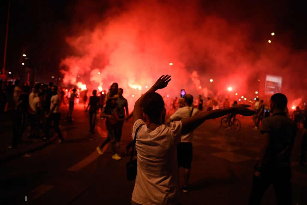 Paris, London lại rực đỏ pháo sáng khi biển người đổ ra đường đi bão sau chức vô địch cúp châu Phi - Ảnh 10.