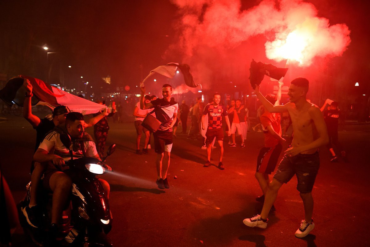 Paris, London lại rực đỏ pháo sáng khi biển người đổ ra đường đi bão sau chức vô địch cúp châu Phi - Ảnh 7.