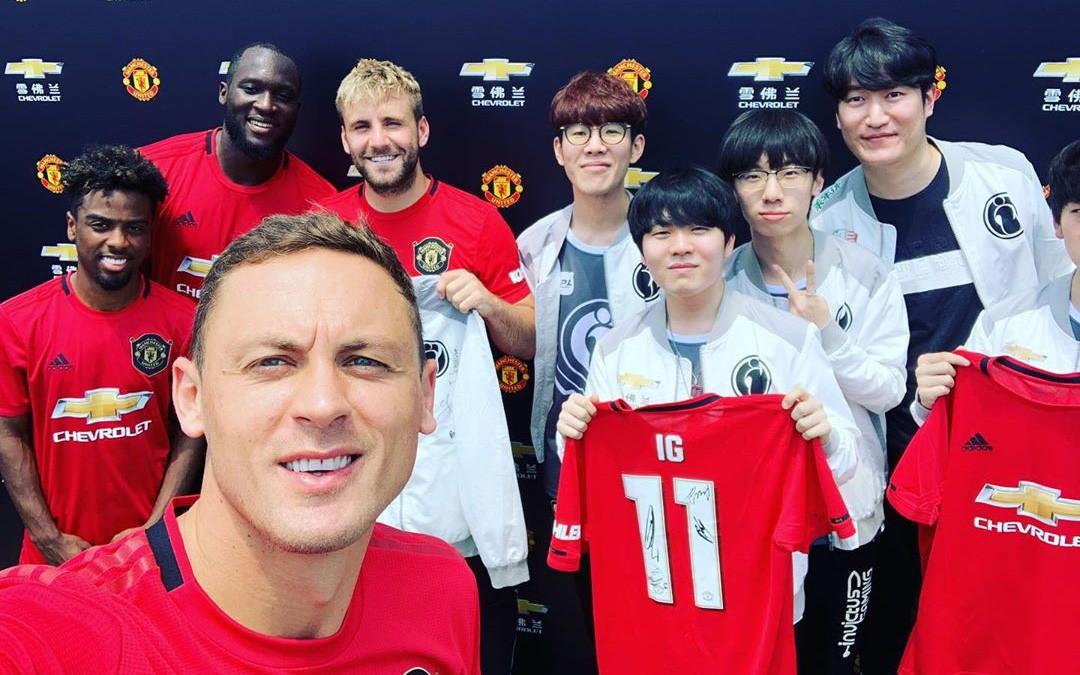Tới Thượng Hải thì làm gì: Sao MU thích thú khoe ảnh selfie cùng dàn sao Invictus Gaming