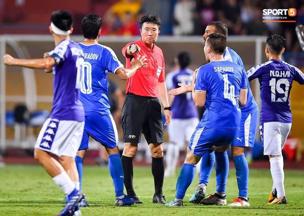 Cầu thủ đối phương chắp tay cầu nguyện, phá bĩnh pha ăn mừng bàn thắng vàng của Văn Quyết - Ảnh 7.