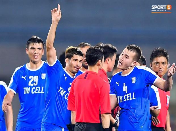 Cầu thủ đối phương chắp tay cầu nguyện, phá bĩnh pha ăn mừng bàn thắng vàng của Văn Quyết - Ảnh 8.