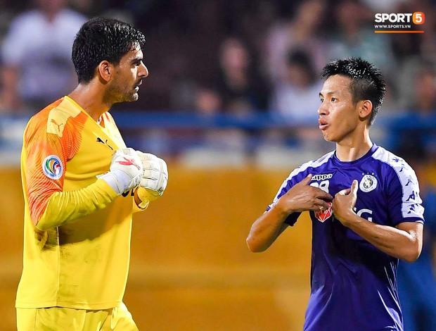 Cầu thủ đối phương chắp tay cầu nguyện, phá bĩnh pha ăn mừng bàn thắng vàng của Văn Quyết - Ảnh 9.