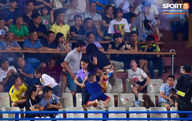 Báo Thái bức xúc, chê giải VĐQG của Việt Nam ghê rợn sau vụ fan nữ bị bỏng nặng do pháo sáng - Ảnh 1.
