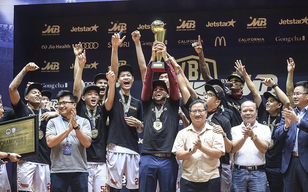 Người hâm mộ xúc động không nói thành lời, bật khóc hạnh phúc cùng dàn cầu thủ Saigon Heat trong ngày lập nên lịch sử tại VBA 2019
