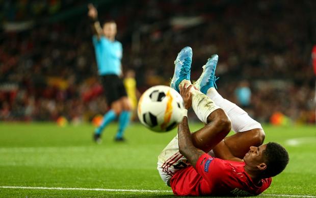 """Các chân sút đột nhiên vô duyên đến lạ kỳ, MU phải nhờ tới một cú """"xâu kim"""" mới đánh bại đối thủ tí hon ở trận ra quân tại Europa League"""