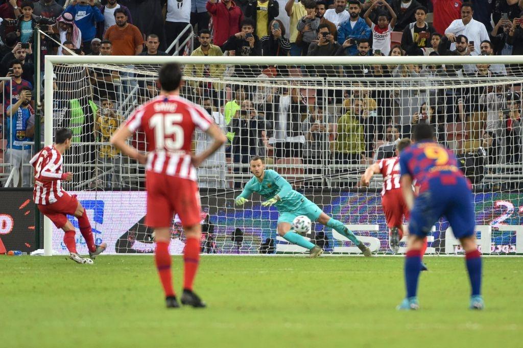Bị truyền nhân của Ronaldo bật lại, Messi đáp trả bằng màn trình diễn như lên đồng nhưng sau cùng vẫn phải nhận cái kết đắng ngắt - Ảnh 8.