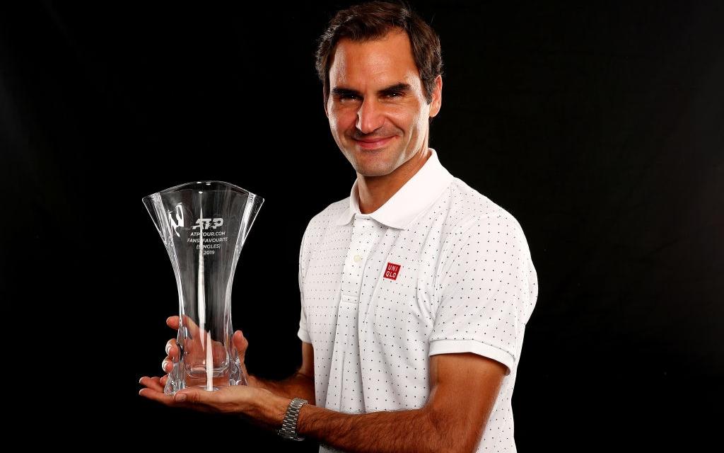 """""""Chàng móm"""" Federer hớn hở nhận danh hiệu đầu năm mới, khiến fan thích thú với trang phục đáng yêu"""
