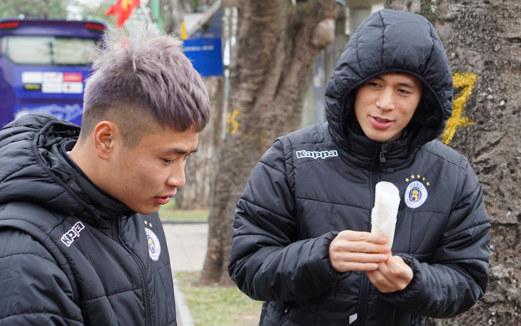 Dàn sao Hà Nội FC du xuân: Đình Trọng thích thú với món ăn đường phố, thủ môn trẻ có hành động đẹp với người dân