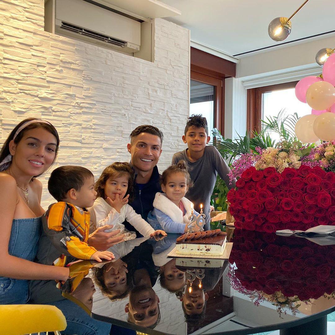Ronaldo chia sẻ khoảnh khắc tập luyện siêu đáng yêu cùng con gái 2 tuổi, cứ thế này bảo sao chẳng có cơ bụng 6 múi cực phẩm - Ảnh 3.