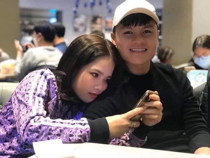 Lộ ảnh tình cảm với bạn gái mới rồi mà Quang Hải vẫn một mực kêu độc thân, đòi Đức Chinh tặng quà valentine bằng bài hát Khi người lớn cô đơn - Ảnh 2.