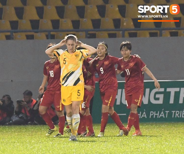 HLV Mai Đức Chung vui vì được đá với Australia mà không mất tiền, đối phương phàn nàn chất lượng mặt sân dưới tiêu chuẩn - Ảnh 2.