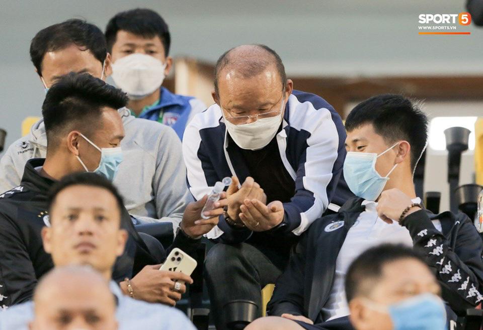 Thầy Park từ chối bắt tay Đình Trọng, thực hiện hành động đúng trend thời dịch Covid-19 - Ảnh 5.