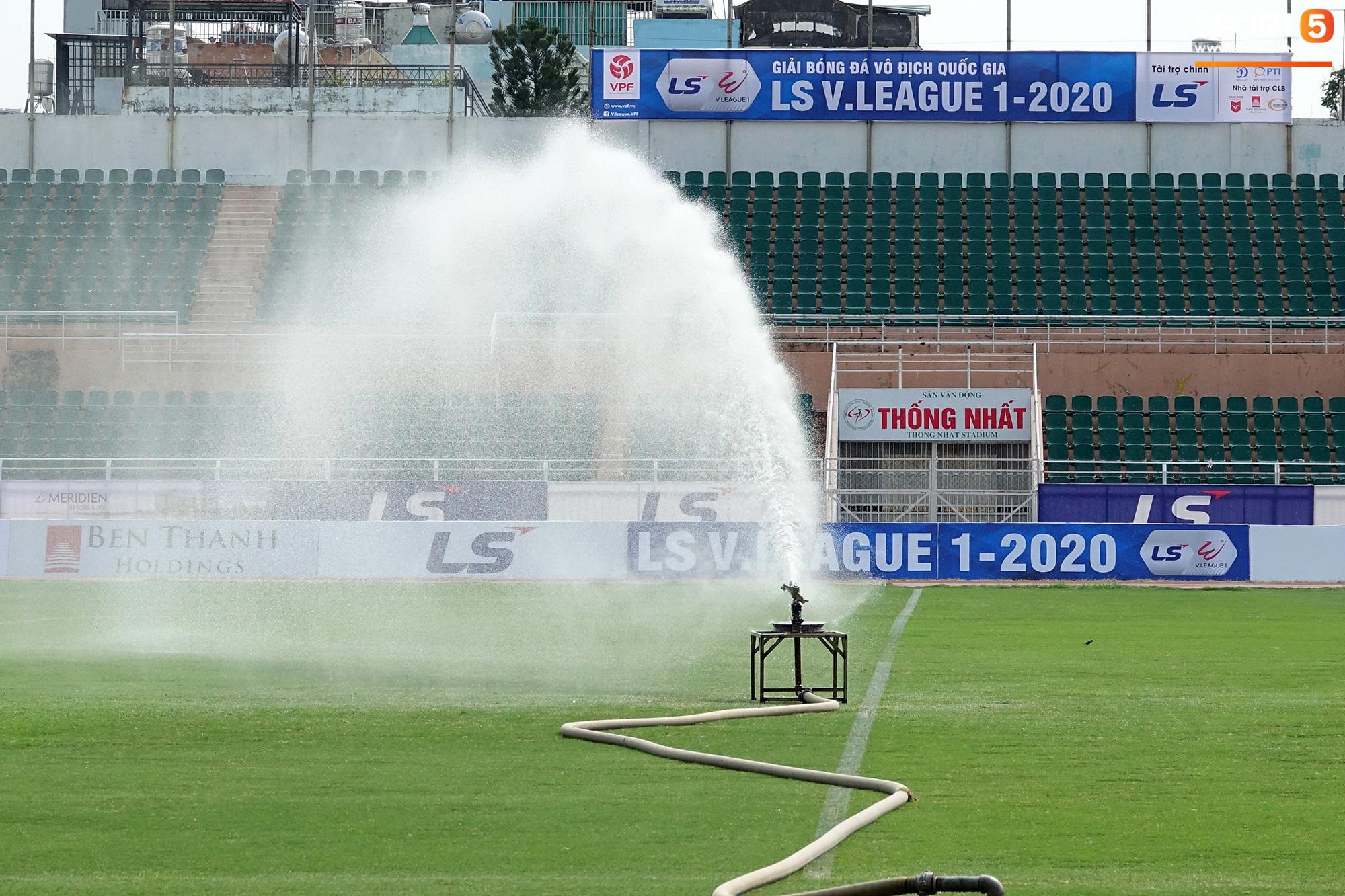 Sân Thống Nhất phun khử khuẩn trước trận đấu có HLV Park Hang-seo dự khán - Ảnh 2.