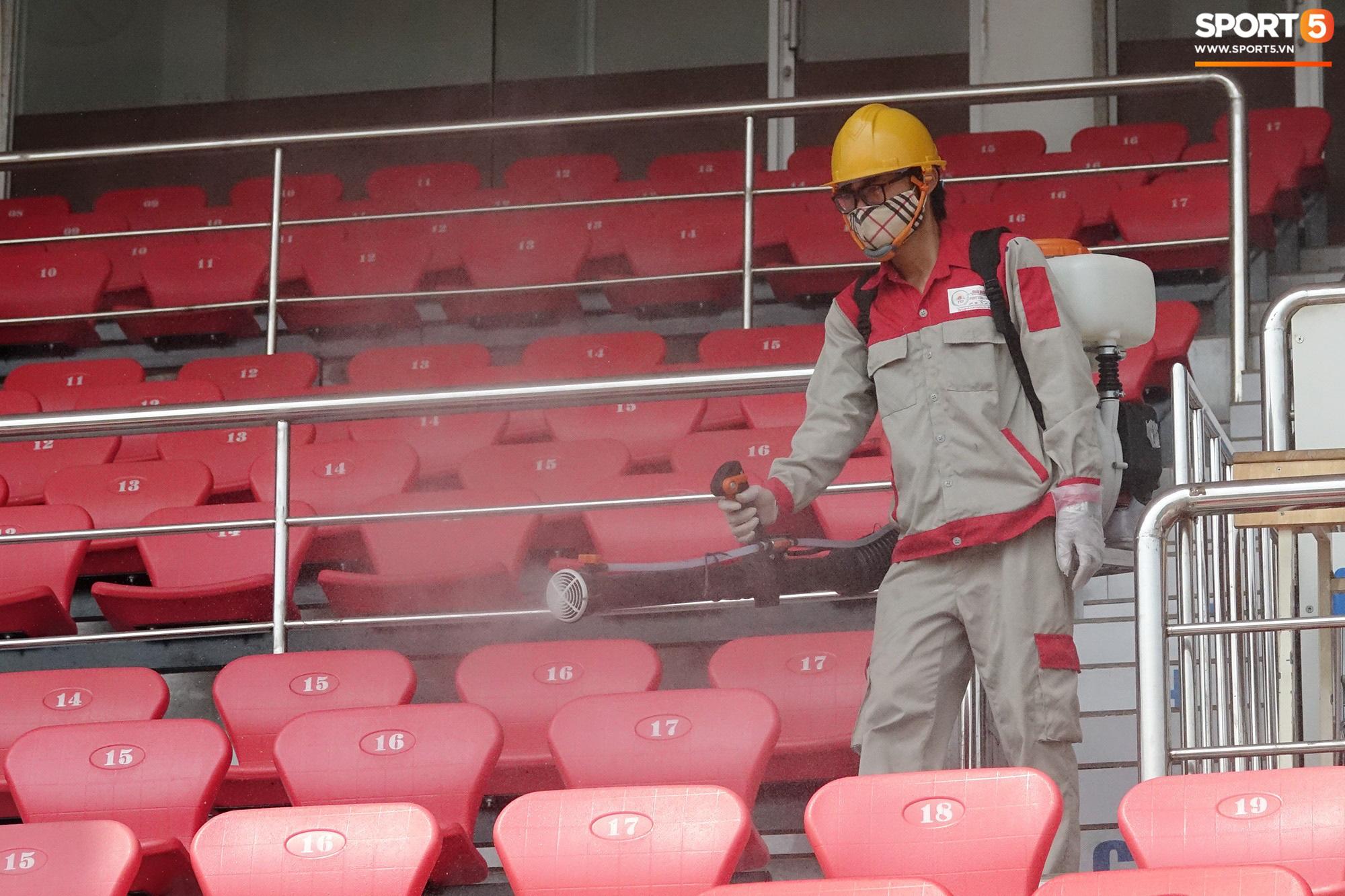 Sân Thống Nhất phun khử khuẩn trước trận đấu có HLV Park Hang-seo dự khán - Ảnh 11.