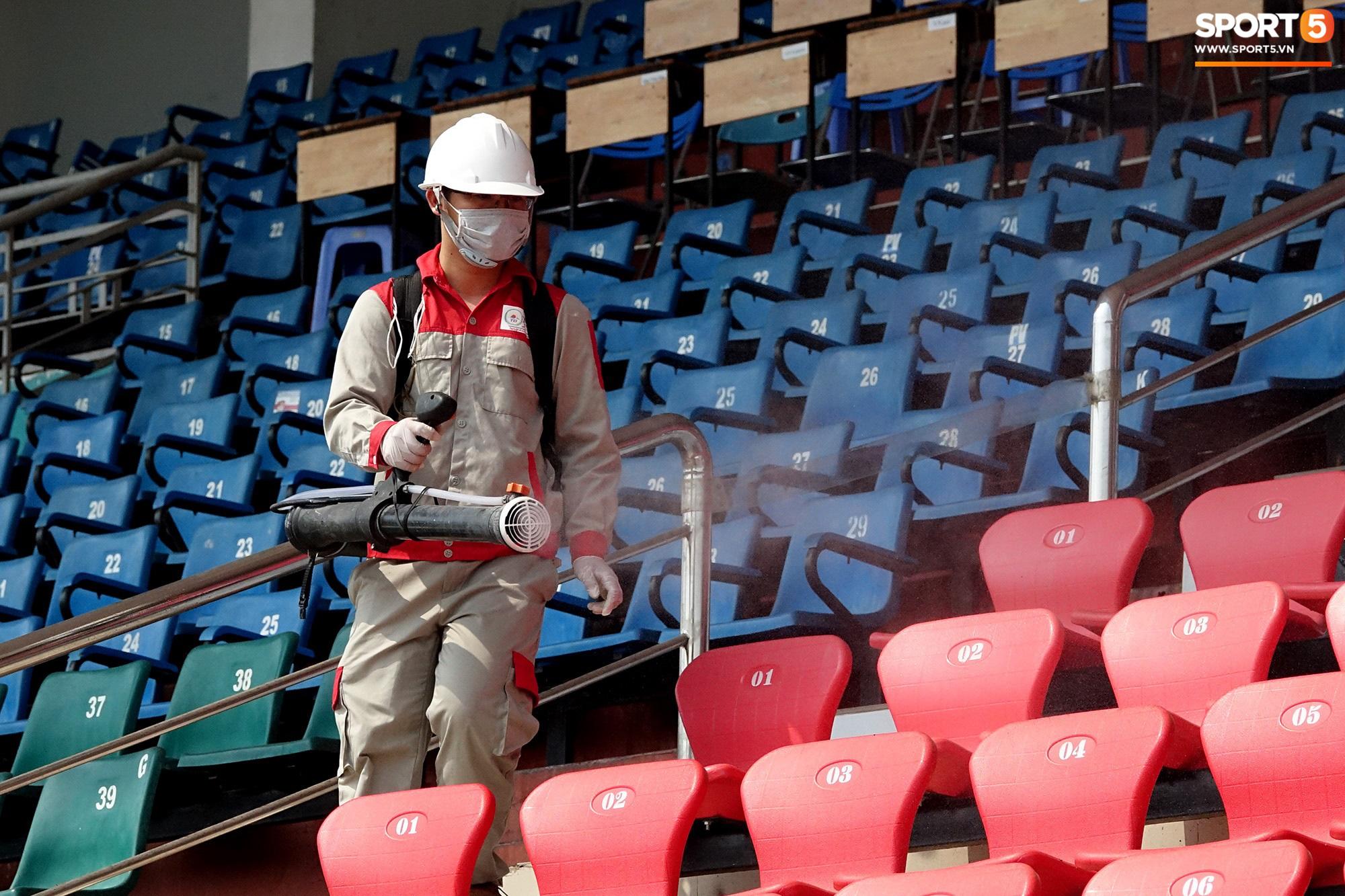 Sân Thống Nhất phun khử khuẩn trước trận đấu có HLV Park Hang-seo dự khán - Ảnh 10.