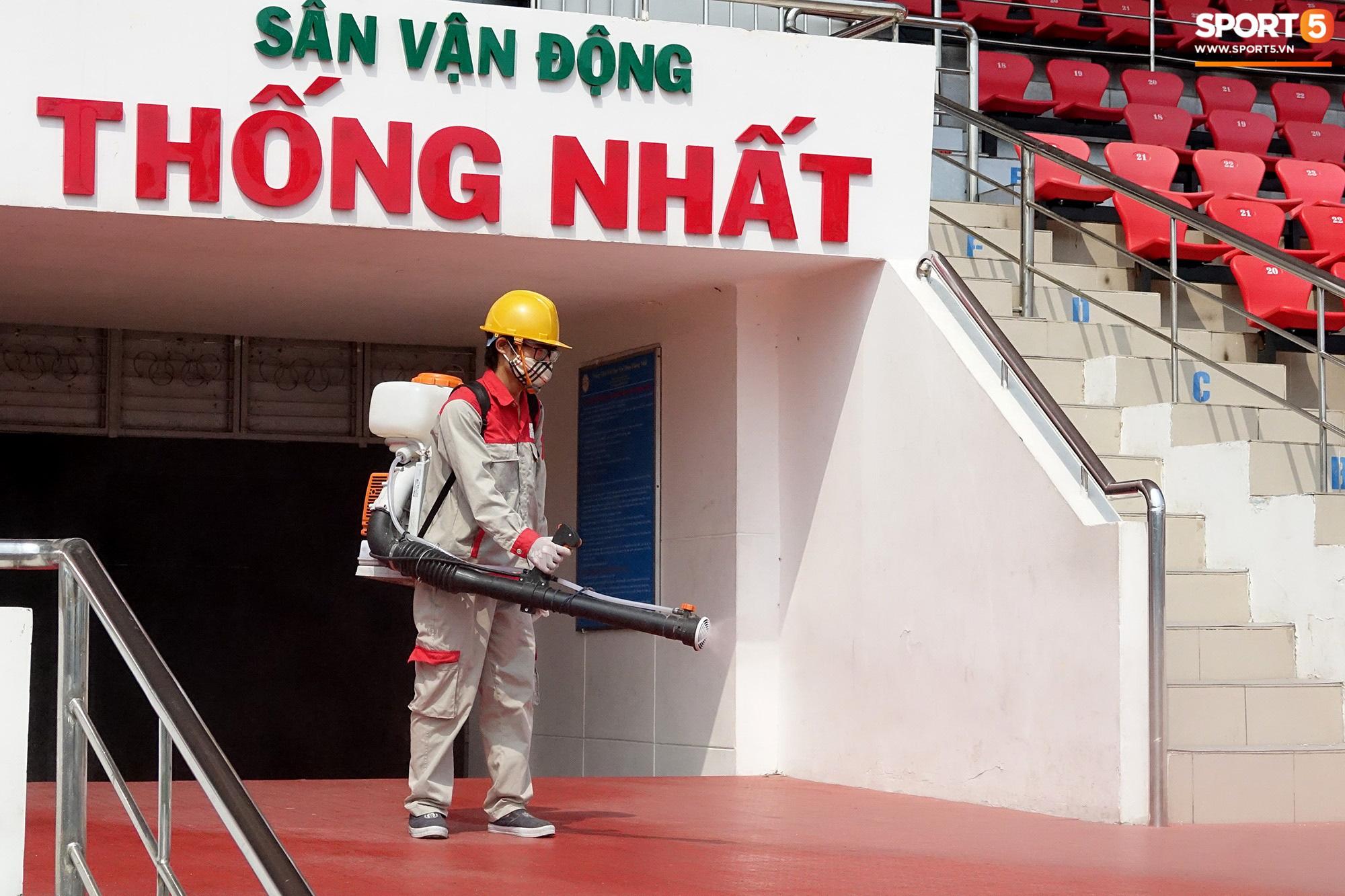 Sân Thống Nhất phun khử khuẩn trước trận đấu có HLV Park Hang-seo dự khán - Ảnh 8.