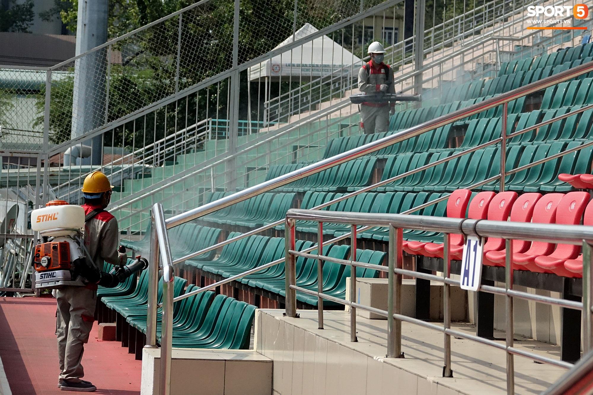Sân Thống Nhất phun khử khuẩn trước trận đấu có HLV Park Hang-seo dự khán - Ảnh 4.