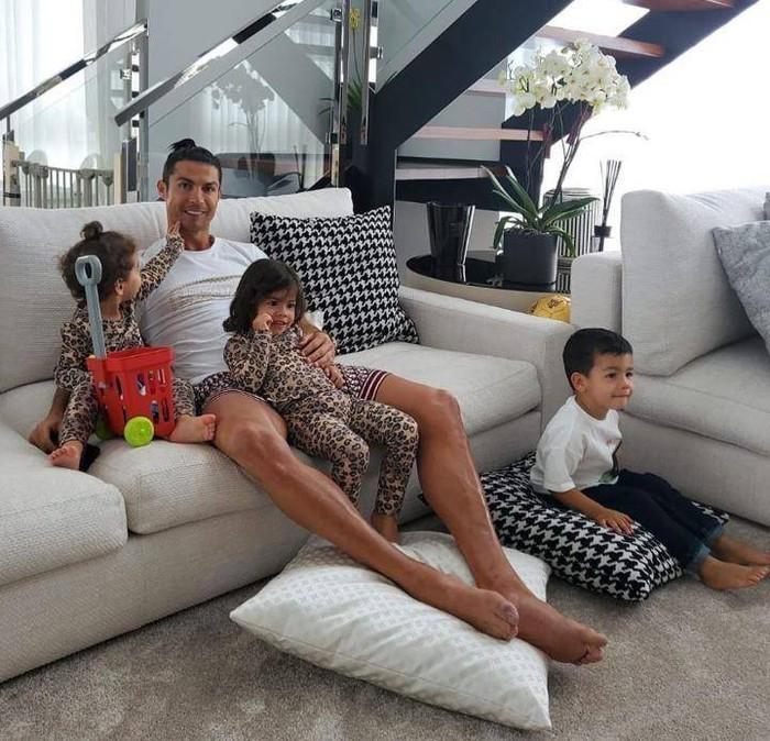 Kẻ trộm đột nhập dinh thự trị giá 210 tỷ của Ronaldo, bất ngờ với vật dụng bị lấy đi - Ảnh 1.