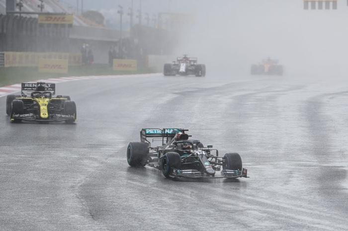 Lewis Hamilton rơi nước mắt trong ngày cân bằng kỷ lục 7 lần vô địch F1 thế giới của huyền thoại Michael Schumacher - Ảnh 1.