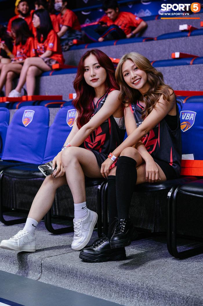 """Cặp chị em LipB mặc áo """"Black Pink"""", dành tặng món quà đặc biệt đến Thang Long Warriors - Ảnh 6."""