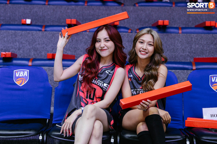 """Cặp chị em LipB mặc áo """"Black Pink"""", dành tặng món quà đặc biệt đến Thang Long Warriors - Ảnh 2."""