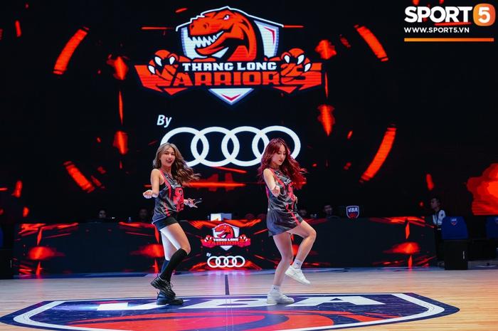 """Cặp chị em LipB mặc áo """"Black Pink"""", dành tặng món quà đặc biệt đến Thang Long Warriors - Ảnh 4."""