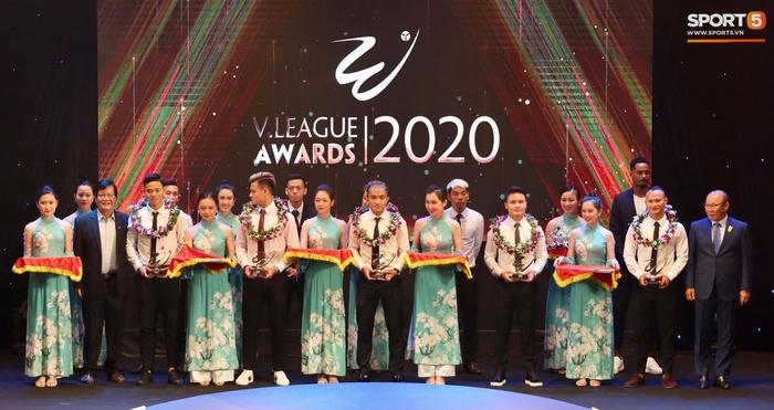 Quang Hải nhận giải bàn thắng xuất sắc nhất, Công Phượng có tên nhưng vắng mặt tại V.League Awards 2020 - Ảnh 1.