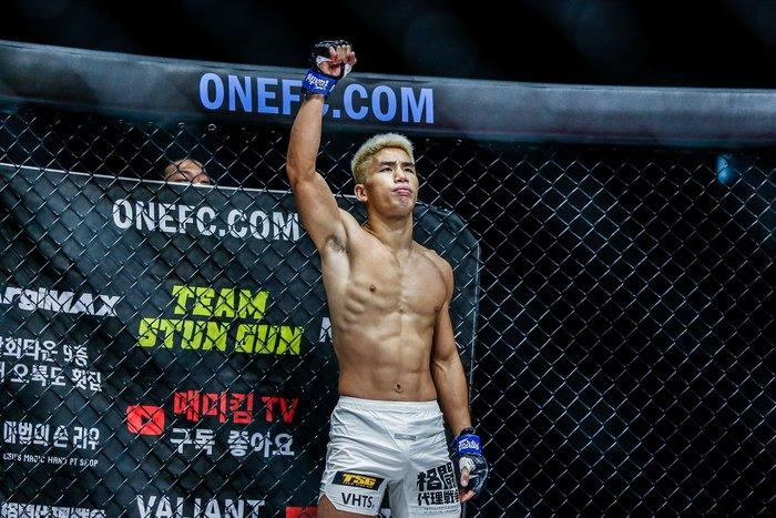 Bại tướng của nhà vô địch Thành Lê tái xuất ấn tượng, đả bại đối thủ bằng đòn knock-out đẹp mắt - Ảnh 2.