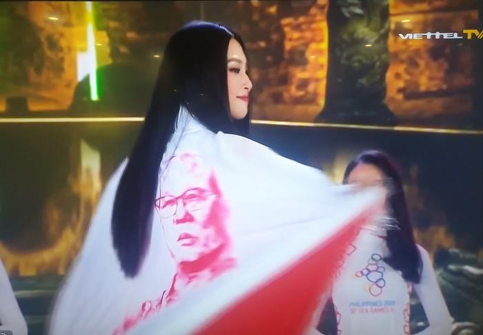 """Hình ảnh thầy Park xuất hiện trên áo dài trong đêm chung kết Hoa hậu Việt Nam nhưng lại bị che gần hết khiến fan """"tức mắt"""" - Ảnh 3."""