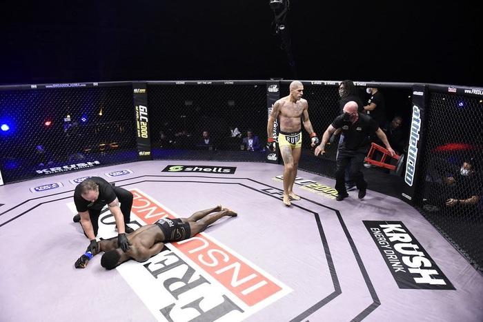 Kickboxer số 1 thế giới chuyển sang đấu MMA, tung một đấm khiến đối thủ mất nhận thức - Ảnh 4.