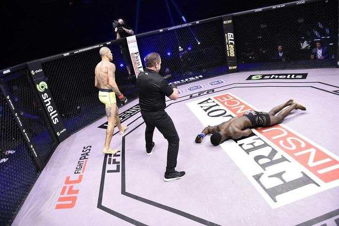 Kickboxer số 1 thế giới chuyển sang đấu MMA, tung một đấm khiến đối thủ mất nhận thức - Ảnh 3.