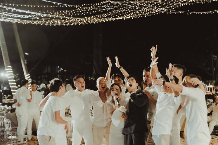 Công Phượng và Viên Minh song ca trong đám cưới: Cô dâu đi chân đất, chill đến mệt nhoài vẫn cực vui - Ảnh 1.