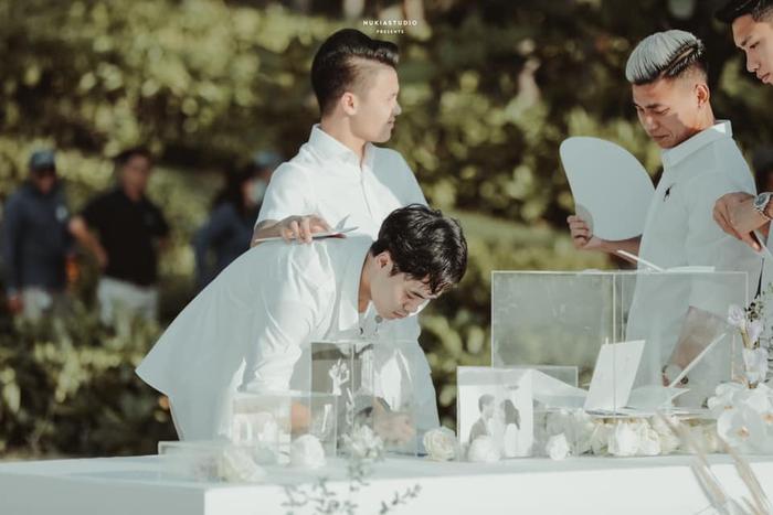 Khoảnh khắc đắt giá: Hội tuyển thủ bỏ phong bì mừng cưới Công Phượng - Viên Minh - Ảnh 2.