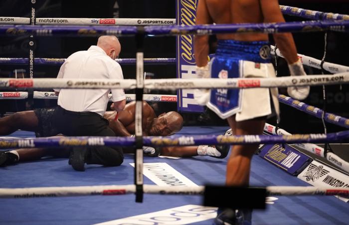 Tay đấm bất bại tung một đấm hạ knock-out đẹp mắt, khiến đối thủ phải dùng máy thở oxy - Ảnh 2.