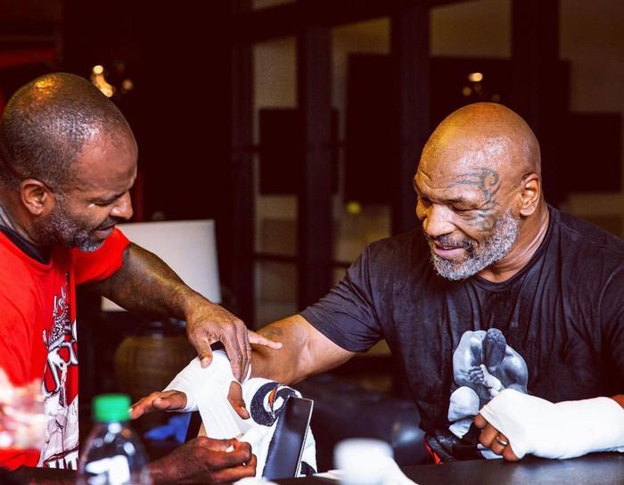 HLV khẳng định Mike Tyson sẽ bất chấp quy định để hạ đo ván Roy Jones: Chẳng ai tập luyện cả tháng trời chỉ để lên đài biểu diễn  - Ảnh 1.